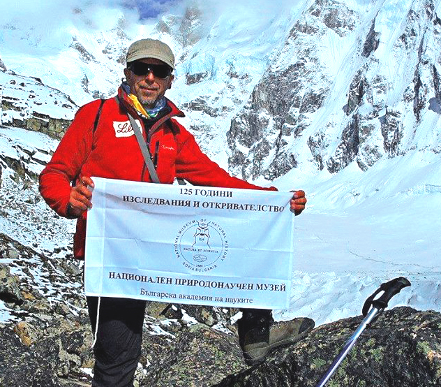 Boyan Petrov met vlag NMNHS